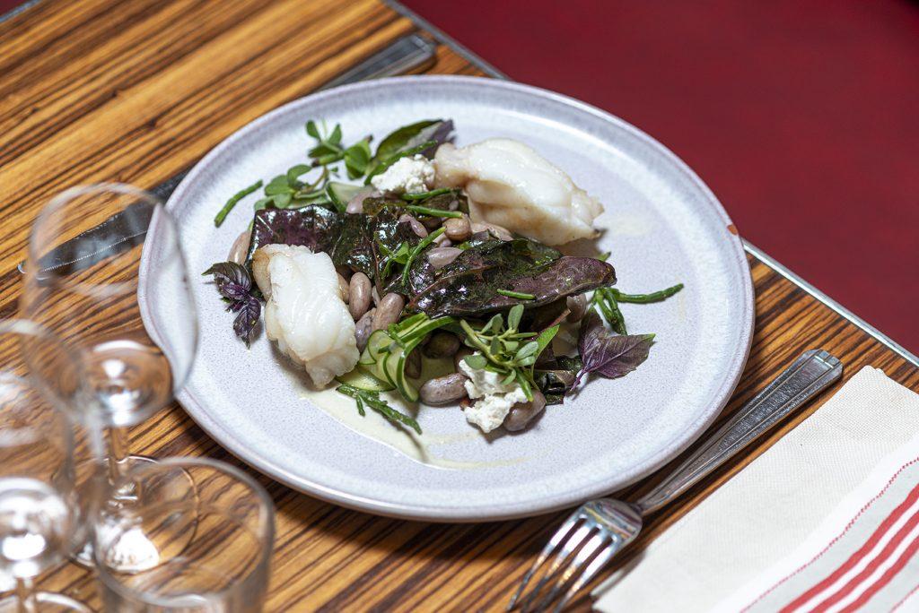 Queue de lotte poëlée, sauce béarnaise, fèves, poireaux, haricots et oignons nouveaux.