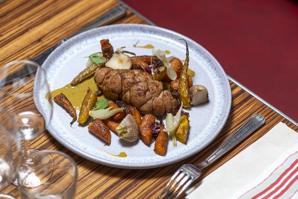 Ris de veau rôti, navet violet et carottes nouvelles, sauce moules de Galice et graines de coriandre.